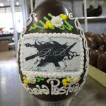 uovo+cioccolato+ decorato+ dalba+pasqua