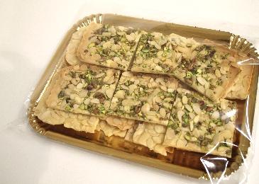 vassoio di sfoglie di croccante con mandorle pelate affett. e pistacchi